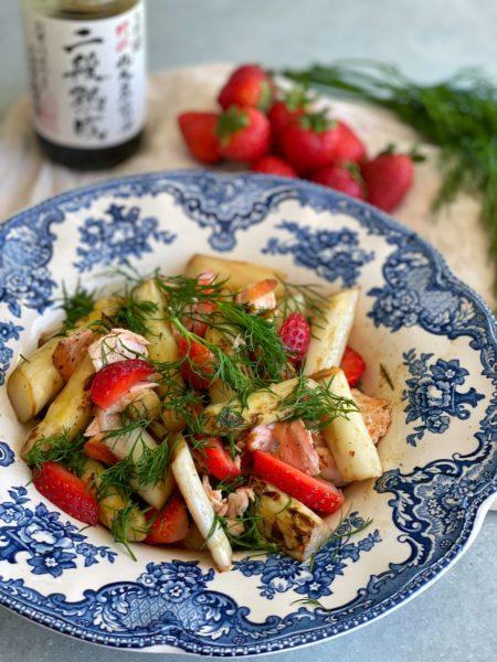 Teller, Lauwarmer Spargel Lachs Erdbeeren Salat mit Dill Vinaigrette
