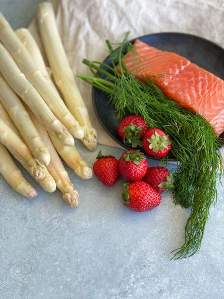 Lauwarmer Spargel Lachs Erdbeeren Salat mit Dill Vinaigrette