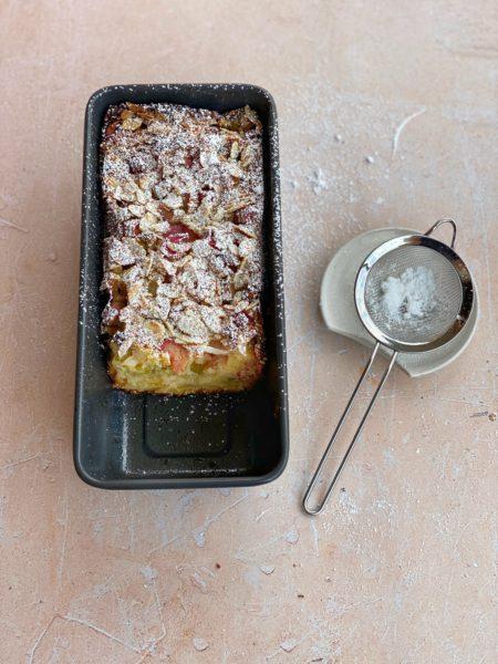 Rhabarberkuchen mit Puderzucker von ANA+NINA in der Backform