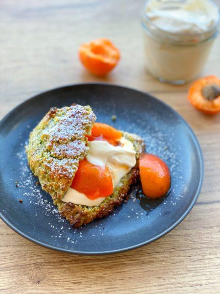 Dessert, Matcha Scones mit Aprikosen und Creme Fraiche auf Holztisch - ANA+NINA