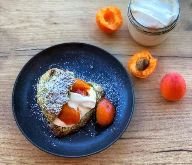 Matcha Scones mit Aprikosen und Creme Fraiche auf Holztisch - ANA+NINA