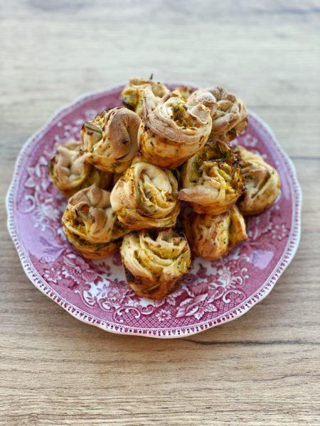 Teller, Salzige Hefeschnecken, Gemüse - ANA+NINA