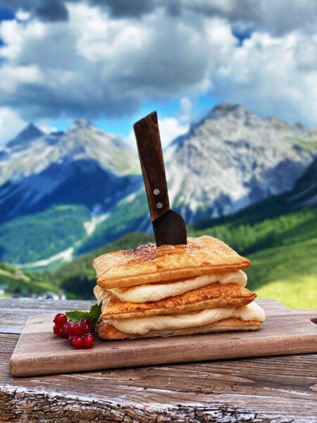 Creme Schnitte im Restaurant mit Messer durchgestochen, Alpenblick Arosa