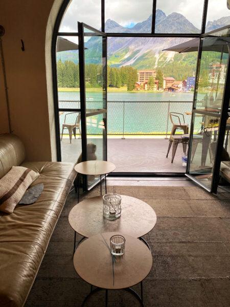 Innenansicht Café mit Blick auf Berge und See in Arosa Schweiz
