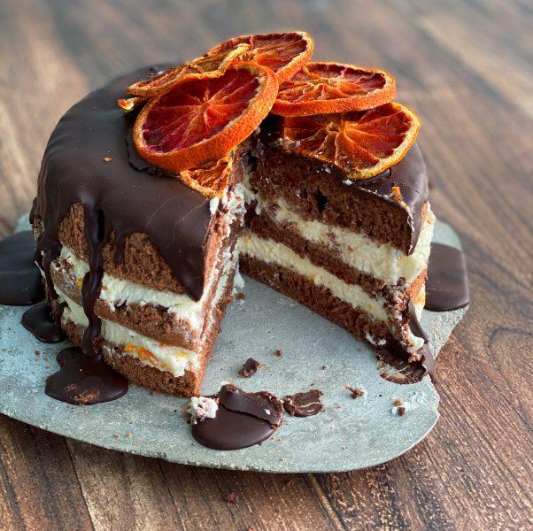 Angeschnittene Schokoladentorte mit Orangen
