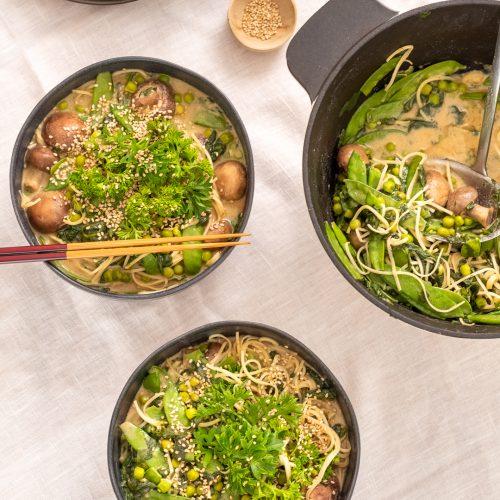 Miso Ramen Suppe in Schüssel serviert, Essstäbchen