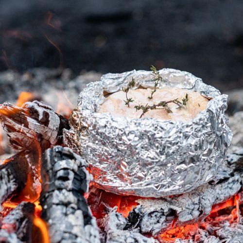 Vacherin im Alufolie über offenem Feuer, Glut, Lagerfeuer