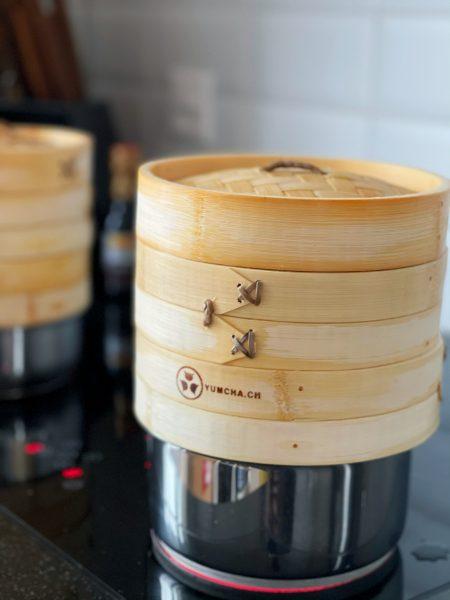 Bambuskörbe über Topf mit kochendem Wasser