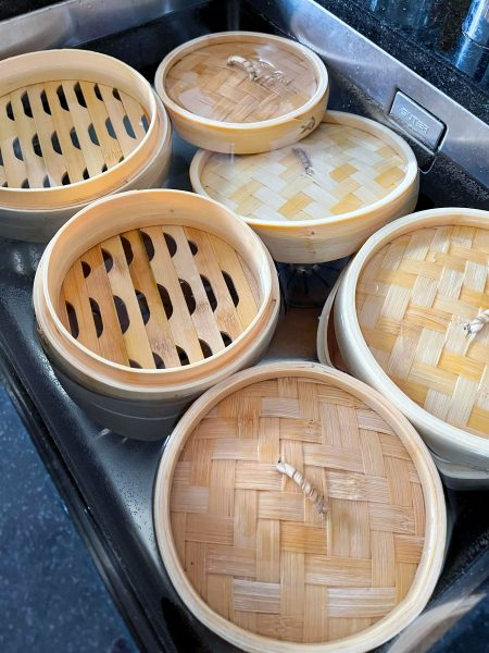 Bambuskörbe im Wasser
