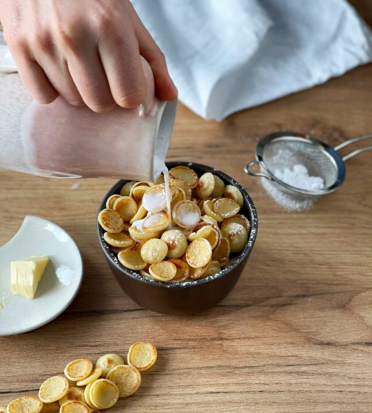 Cereal Pancakes mit Milch, Schüssel, Butter, Milchkrug