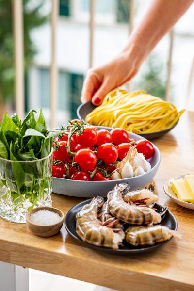 Garnelen, Pasta, Tomaten, Salz, Butter, Tisch