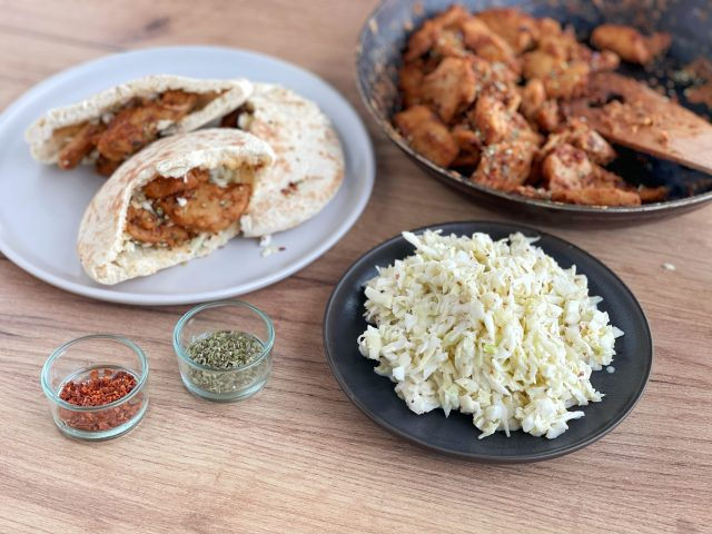 planted chicken, veganes huhn, weiskohl, kräuter, paprika, pitabrot