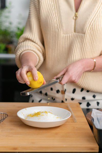 Zitrone reiben, Zitrone, Zeste, Reibe, Schüssel