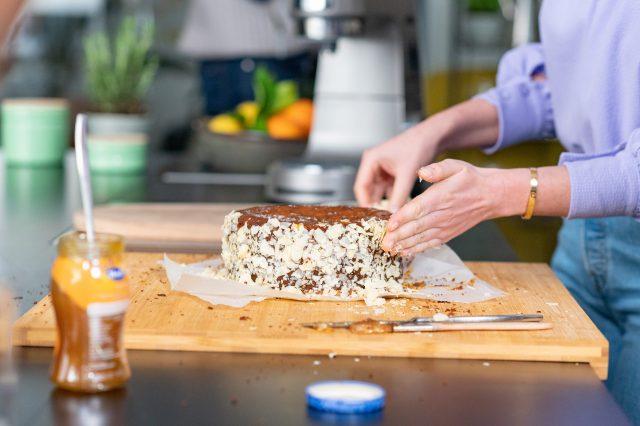 torte, haselnüsse, hand, arbeitsfläche, küche