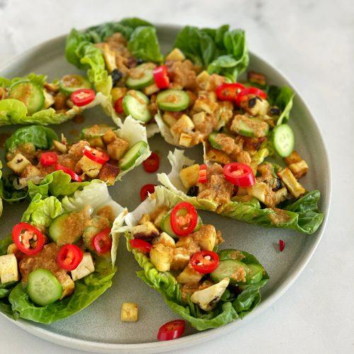 salat wraps mit tofu, chili, erdnussauce